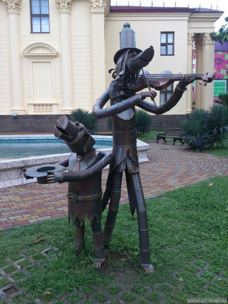 памятник у Художественного музея в Сочи