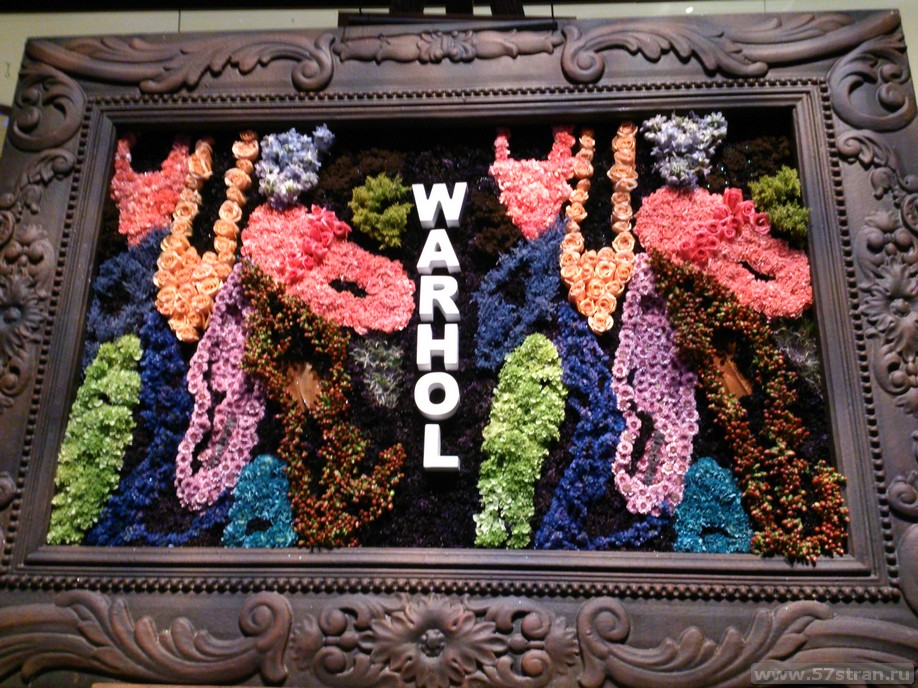 Картина Энди Уорхолла из цветов в Белладжио