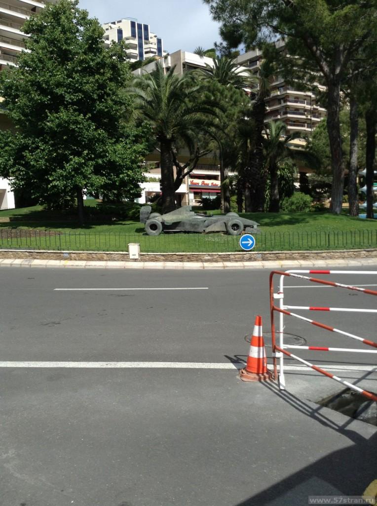 Памятник гоночной машине Формулы 1 в Монако