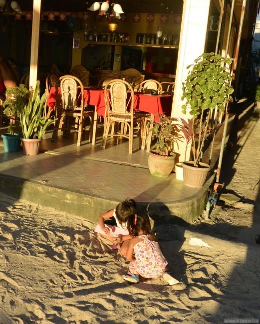 Дети играют на дороге - Филиппины