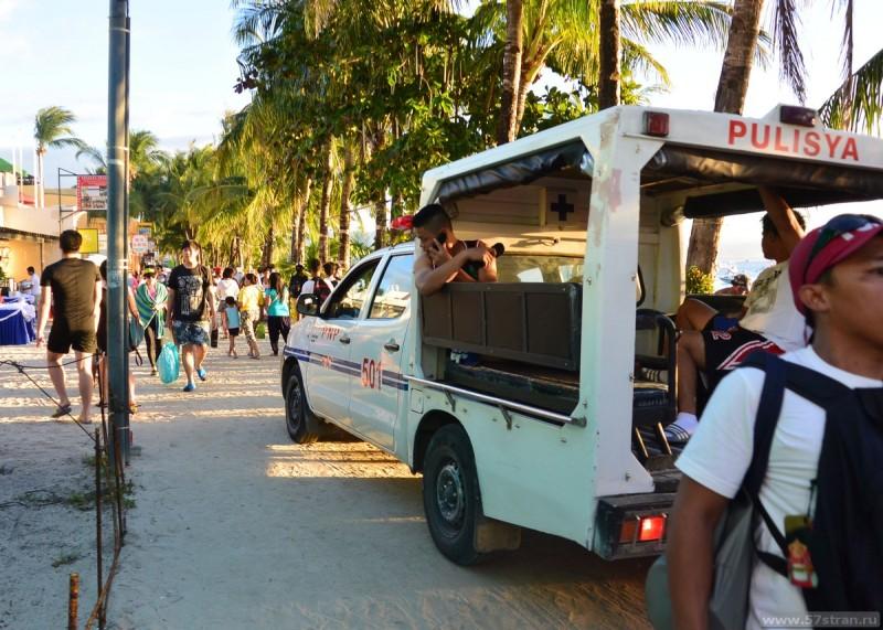 Полиция на белом пляже