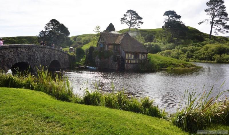 «река» с водяной мельницей и каменный мост