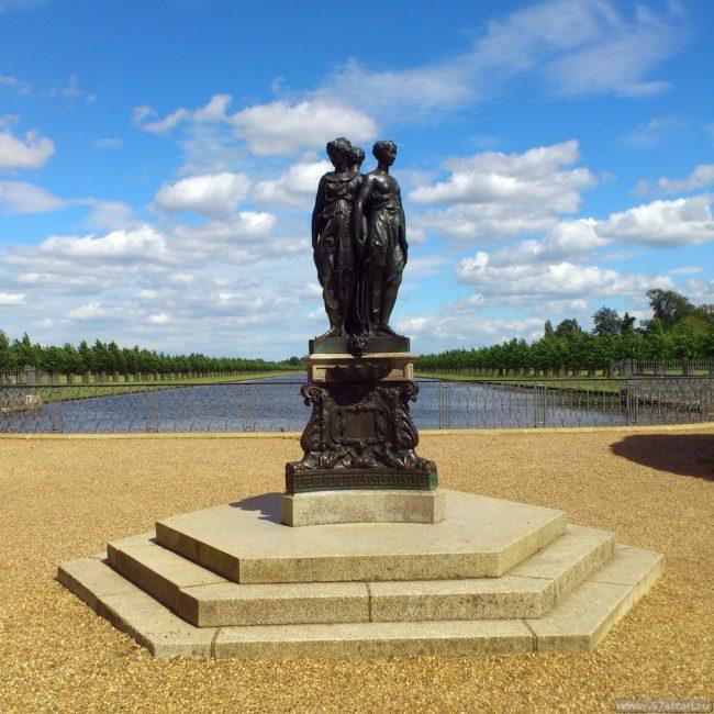 Памятник в Хэмптон-Корт