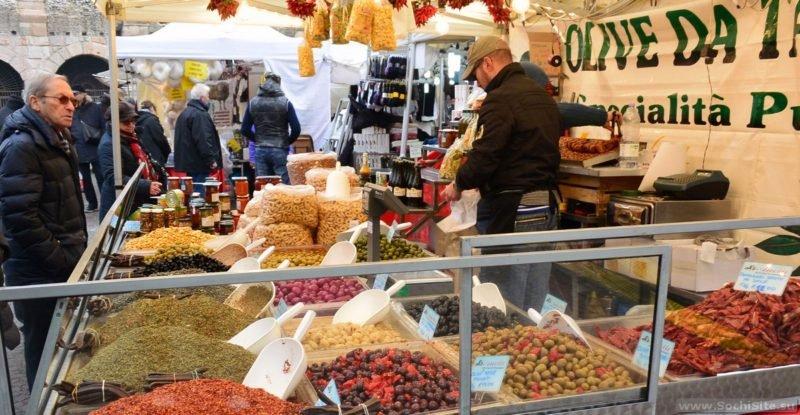 Достопримечательности Вероны - рынок на Пьяцца Бра